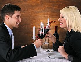 Singles in Stuttgart sitzen beim gemeinsamen Abendessen im Restaurant