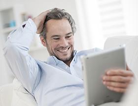 Single-Mann freut sich über einen Fotokommentar